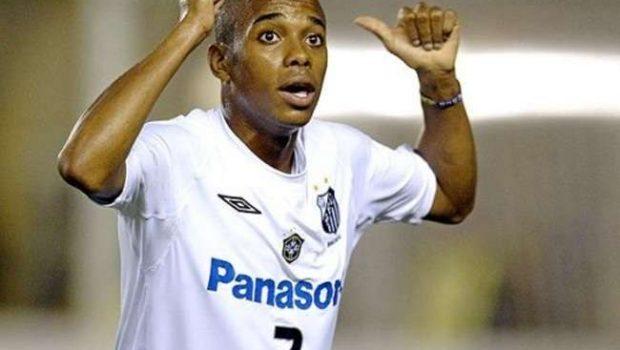 No Brasil para assinar, Robinho declara amor ao Santos