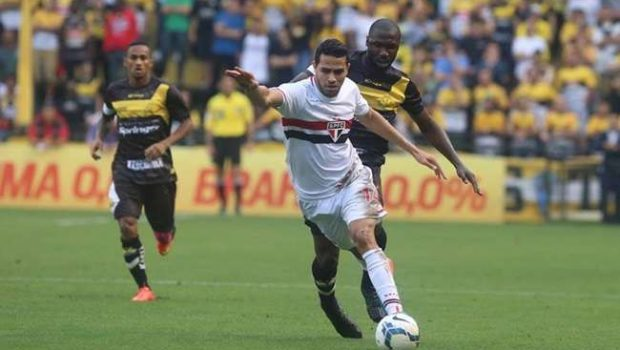 São Paulo vence, afunda lanterna e mantém caça ao líder