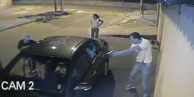 Armados, bandidos surpreendem família em levam carro