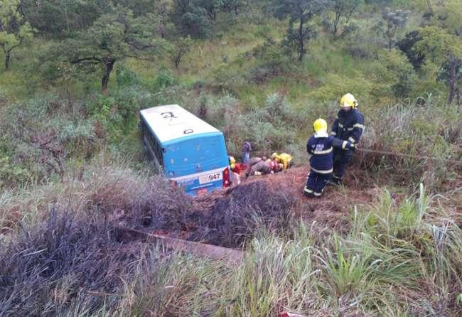 Ônibus cai em ribanceira entre DF e Goiás e deixa 18 feridos