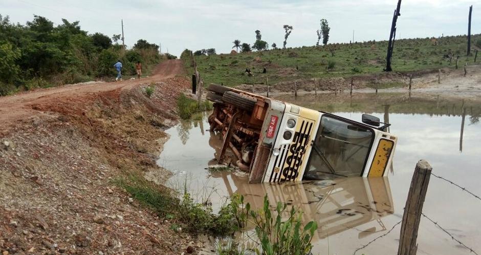 Ônibus escolar perde direção e cai em represa em Nova Crixás