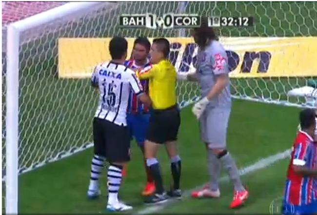 Corinthians perde do Bahia, mas avança às oitavas
