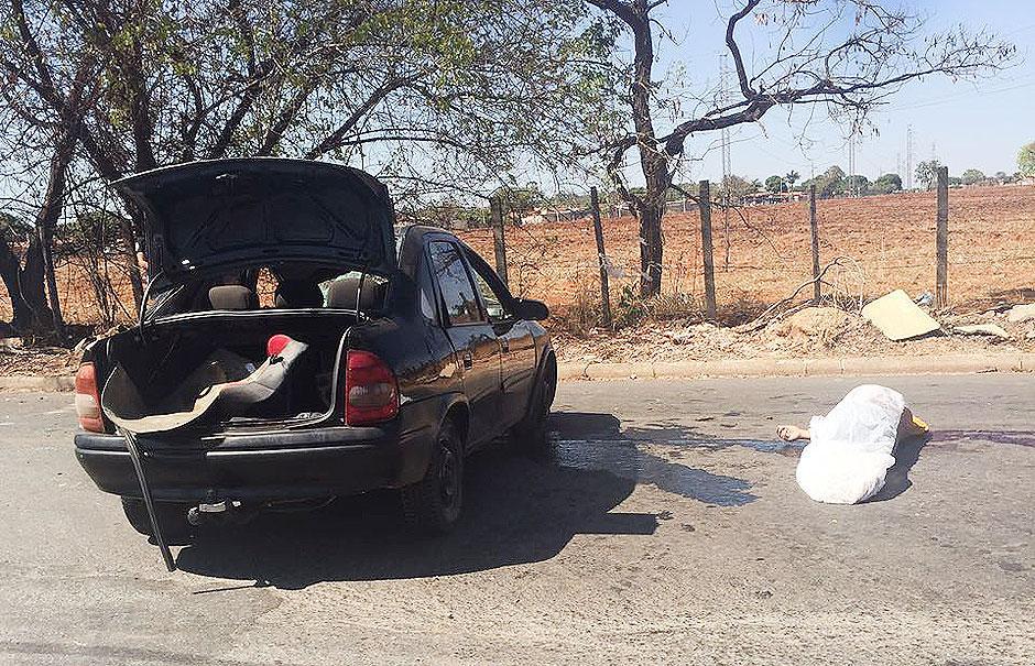 Homem morre após ser lançado para fora de carro em Goiânia