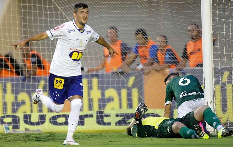 Cruzeiro vence o Goiás no Serra Dourada e ainda sonha com o G4