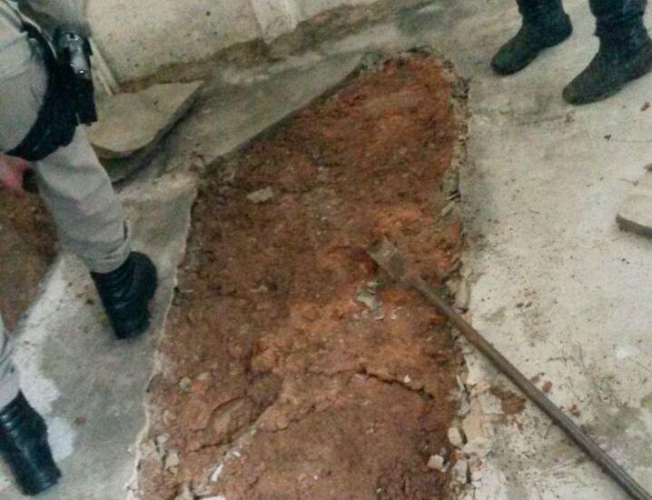 Corpo é encontrado com sinais de tortura em cova dentro de uma casa, em Piranhas