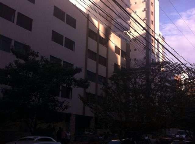 Bombeiros combatem incêndio em apartamento no Setor Bueno