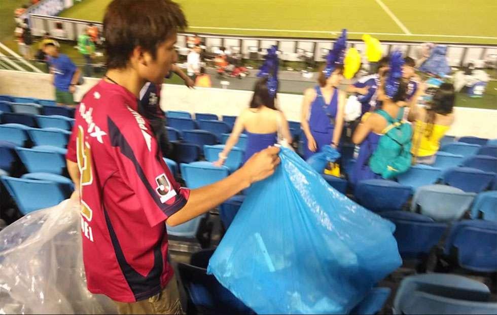 Torcedores japoneses recolhem lixo no estádio