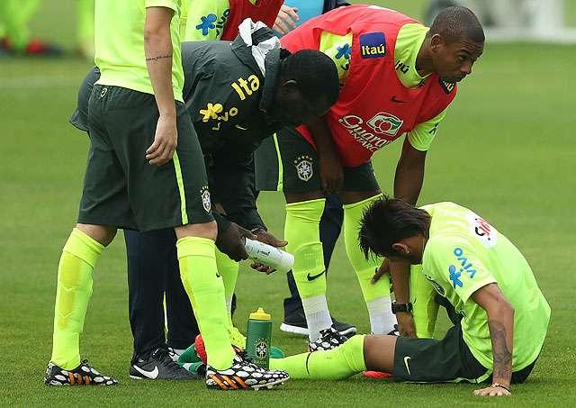 """Neymar assusta em treino, e Felipão diz: """"Cuidado, pelo amor de Deus!"""""""