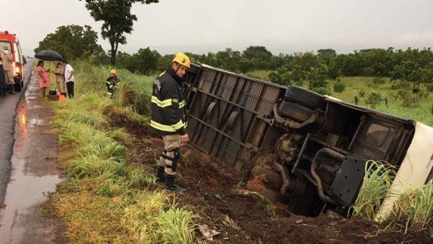 Ônibus com 50 passageiros tomba na BR 020