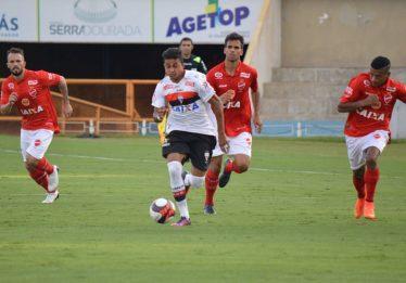 Com final eletrizante, Atlético vence o Vila Nova e segue líder do Grupo B