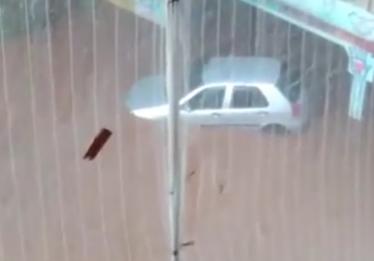 Chuva deixa trânsito parado e ruas alagadas em Goiânia