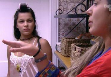Emilly vai à dispensa e pega Marcos conversando com Vivian