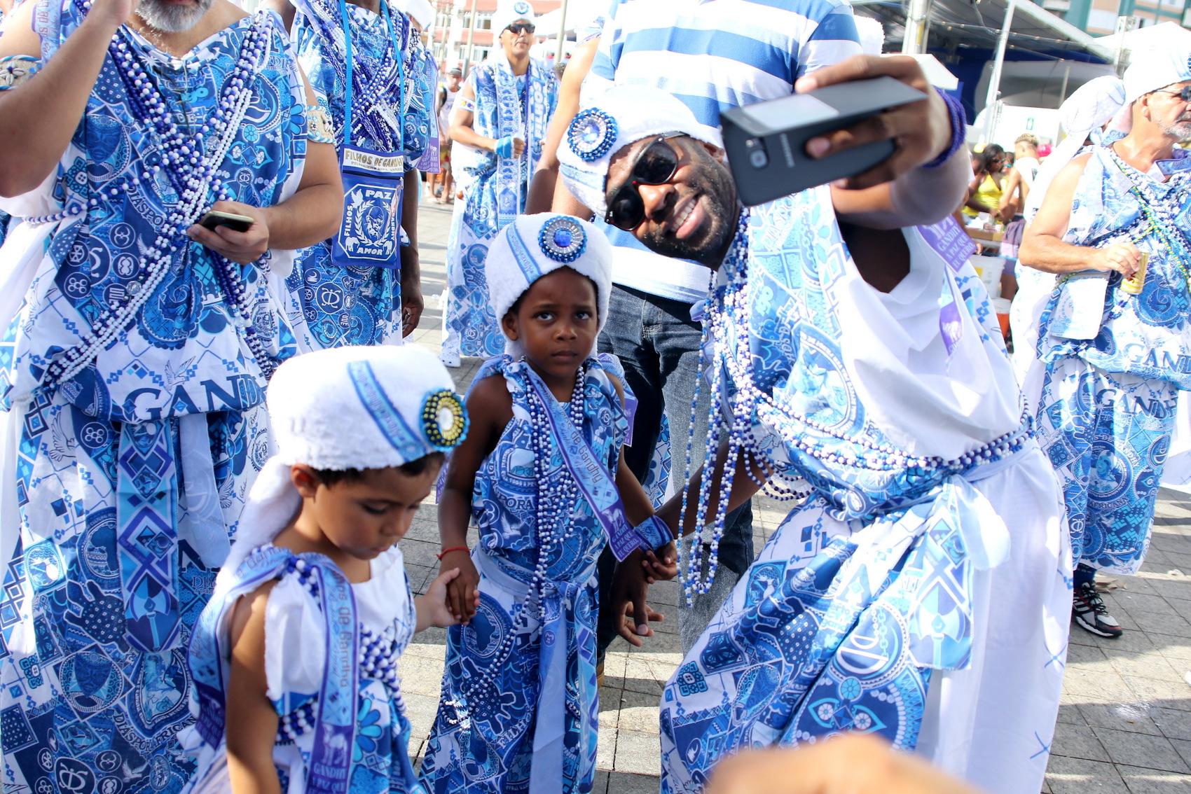 Lázaro Ramos e o filho no bloco Filhos de Gandhy (Foto: Thiago Duran/AgNews)