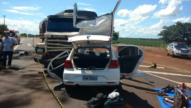 Homem morre após bater carro em carreta na BR-452, em Goiatuba