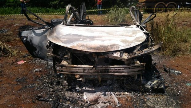 Mãe e filho morrem carbonizados após carro colidir com carreta na BR-452