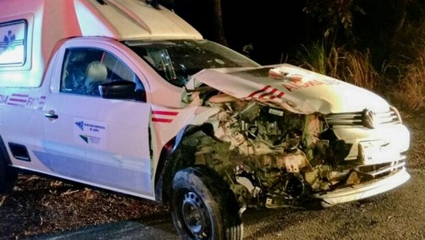 Colisão entre caminhão e ambulância deixa duas pessoas feridas na BR-020