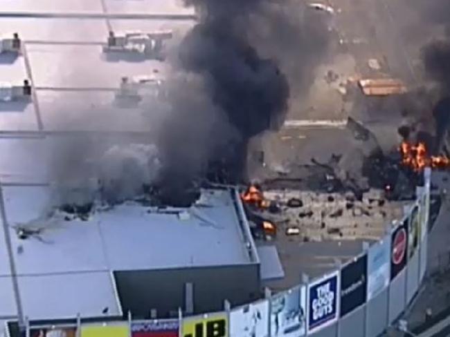 Avião com 5 a bordo cai sobre shopping center da Austrália