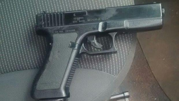 Casal é preso com moto roubada e arma de fogo falsa