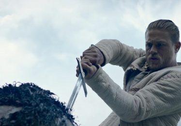 Rei Arthur: Charlie Hunnam tem a Excalibur em novo trailer