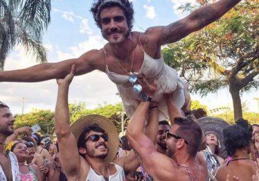 Vestido de noiva, Caio Castro fez a festa dos foliões em bloquinhos do Rio de Janeiro