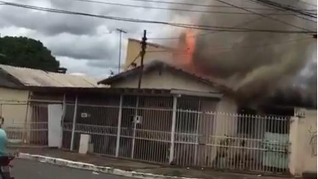 Casa pega fogo na Avenida Leste Oeste, no Setor Marechal Rondon