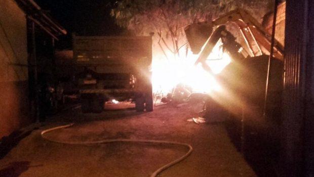Fogo danifica caminhões em oficina em Aparecida de Goiânia