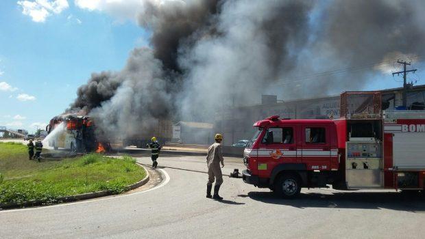 Incêndio em ônibus causa interdição da BR-060