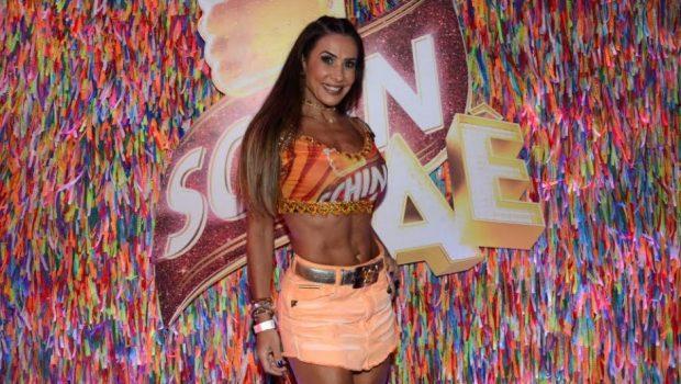 Scheila Carvalho exibe boa forma no Camarote Schin de Salvador