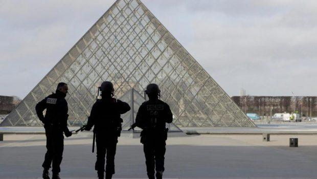 Soldado dispara contra homem que o atacou com faca em frente ao Museu do Louvre