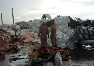 Teto de empresa de reciclagem desaba em Aparecida de Goiânia