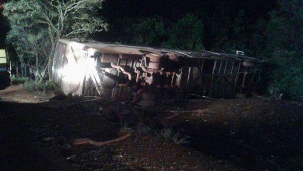 Colisão entre carro e ônibus deixa quatro jovens mortos e 14 feridos, em Santa Catarina