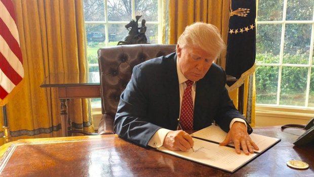 Donald Trump assina novo decreto anti-imigração e retira Iraque da lista