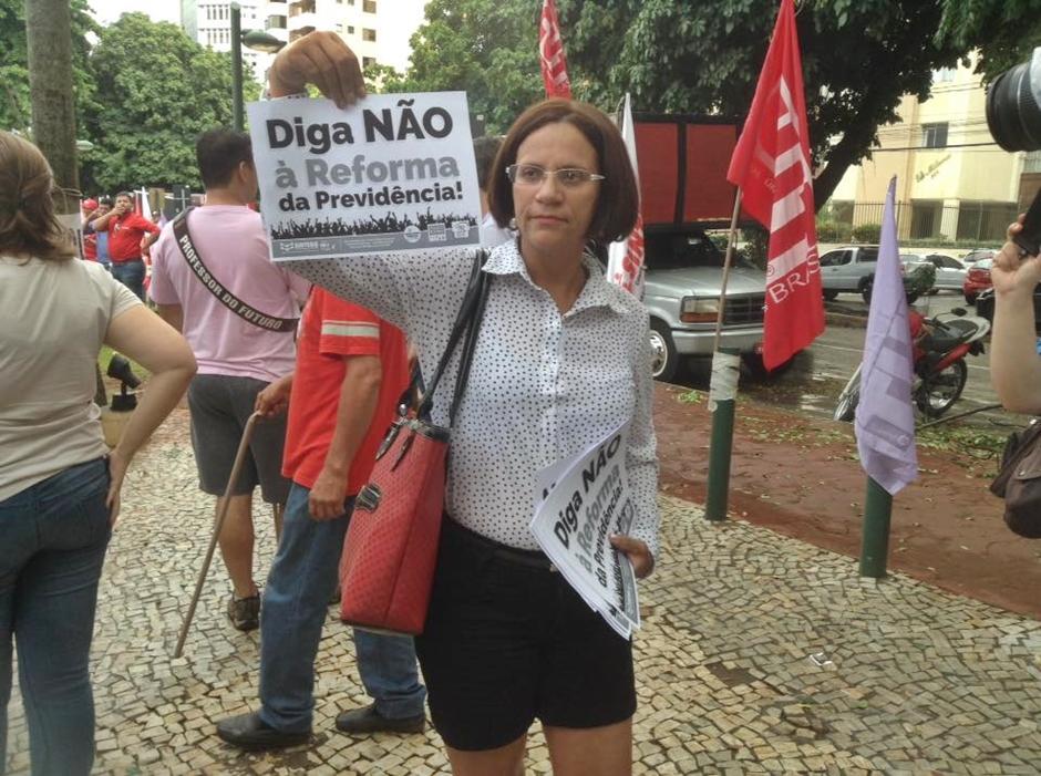 Trabalhadores da educação fazem protesto e escolas públicas estão paralisadas em Goiânia