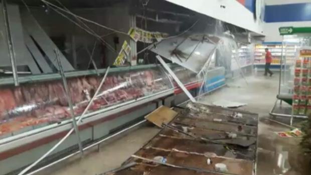 Temporal causa estragos em supermercado