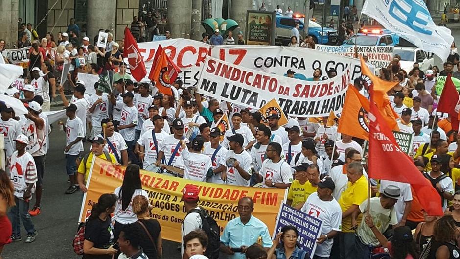 Entidades patronais comemoram e centrais sindicais preparam greve