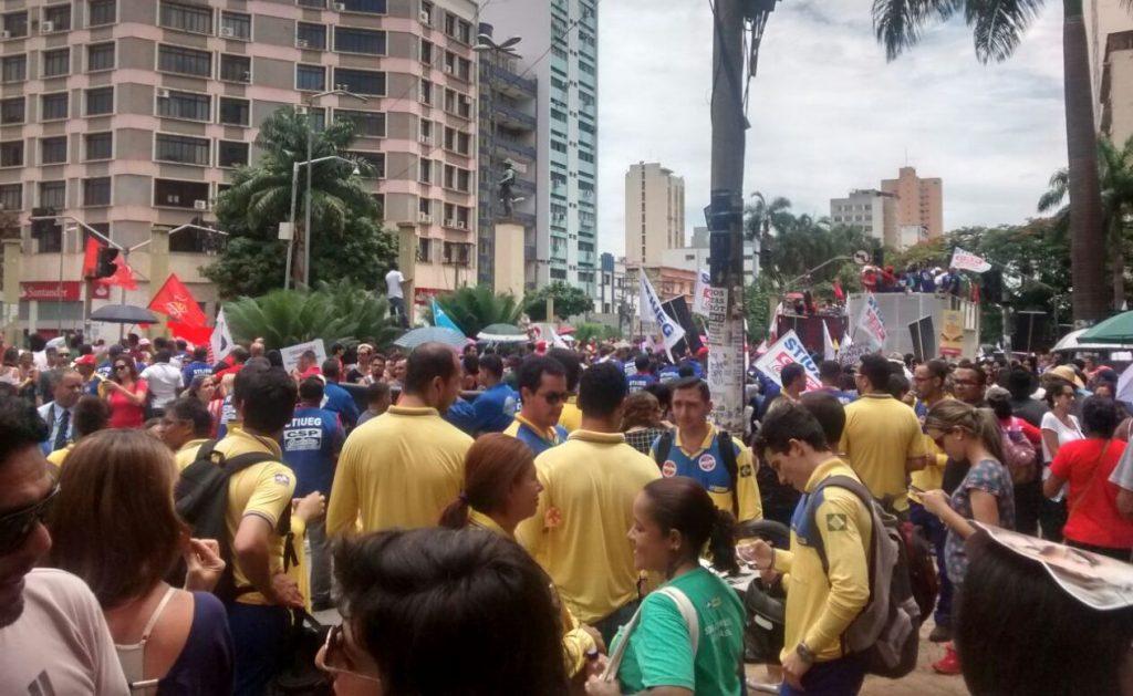 Centenas de manifestantes protestam contra a Reforma da Previdência no Centro de Goiânia