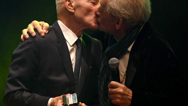 Patrick Stewart e Ian McKellen se beijam durante premiação