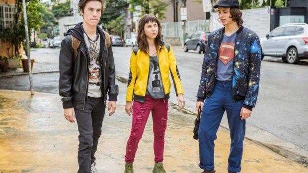 Primeira série nacional da Warner traz referências a séries, HQs e filme