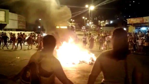 Mulheres queimam sutiãs em protesto na Avenida Anhanguera, em Goiânia