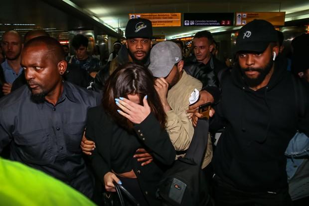 Selena Gomez desembarca no aeroporto de Guarulhos com The Weeknd