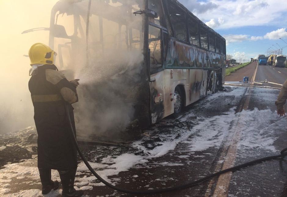 Ônibus pega fogo na BR-153, em Itumbiara
