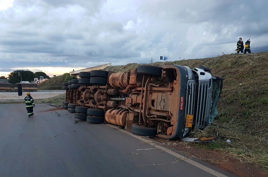 Carreta carregada de etanol tomba no Anel Viário, em Goiânia