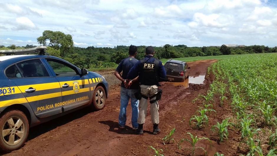 Contrabandistas são presos após ficarem atolados em lamaçal