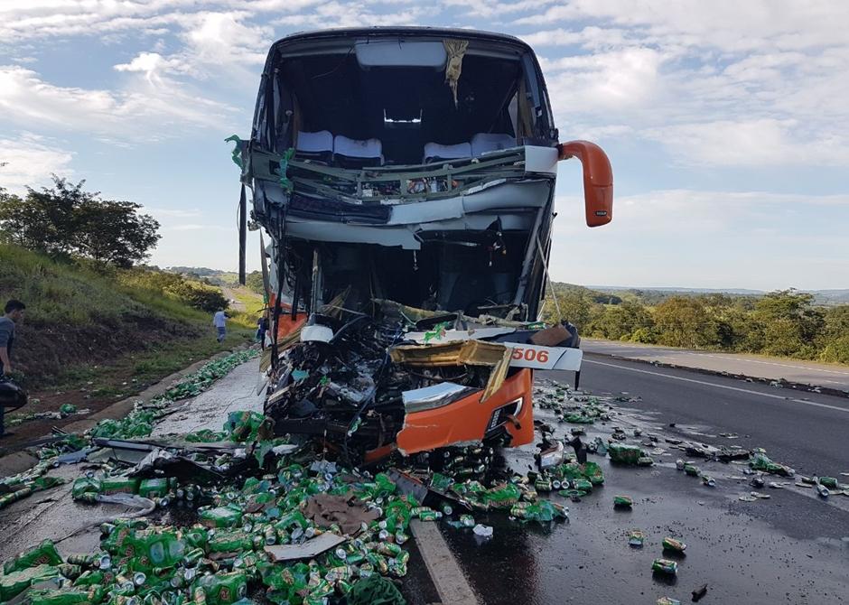 Acidente envolvendo ônibus e caminhão deixa 2 mortos e 28 feridos na BR-153, em Morrinhos