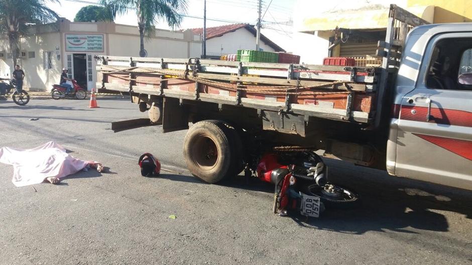 Motociclista morre após ser atingido por caminhão no Setor Campinas