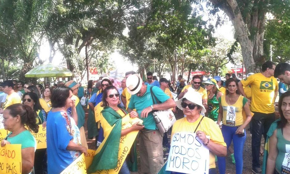 Manifestantes se reúnem em protesto contra a corrupção em Goiânia
