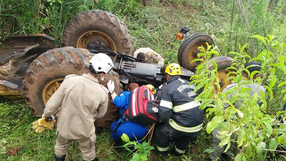 Trator tomba e idoso fica preso ao veículo, em Goiânia