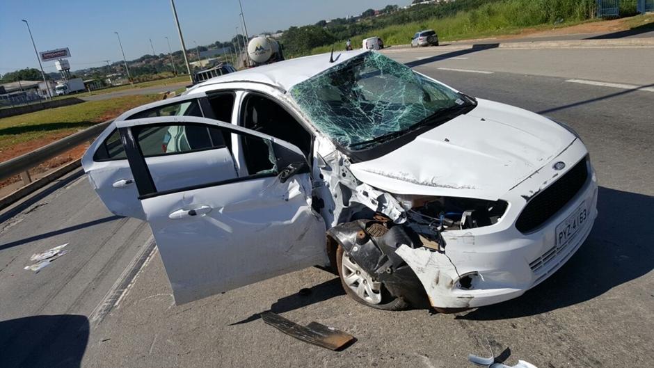 Veículo capota em acidente na BR 153