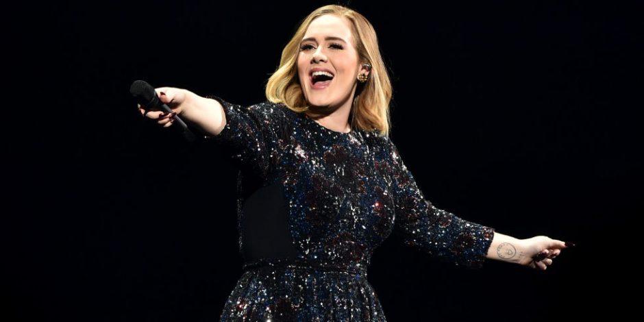 Adele chega em shows dentro de uma caixa de instrumento