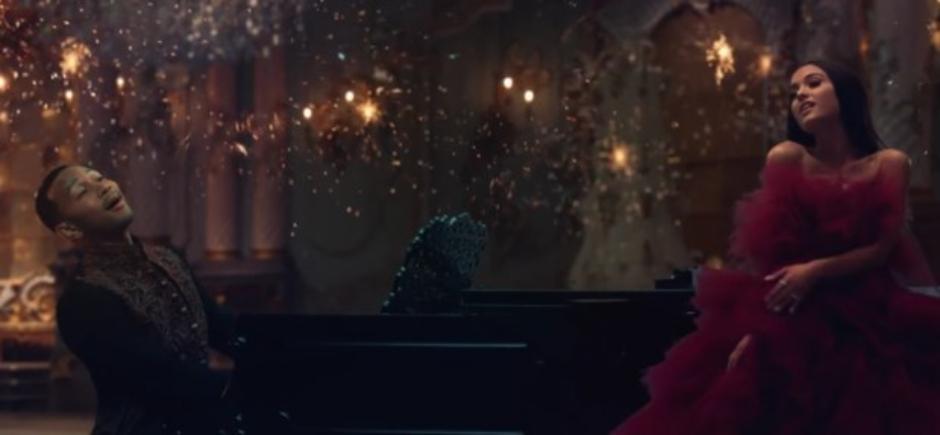 """Ariana Grande e John Legend são parte da magia do castelo da Fera no clipe de """"A Bela e a Fera"""""""